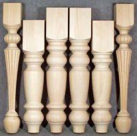 Gedrechselte und gefräste Tischbeine aus Holz in drei verschiedenen Höhen
