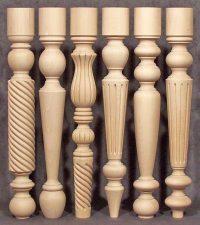 Individuelle, speziell bearbeitete Tischbeine aus Holz mit gleicher Höhe