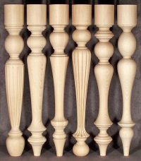 Tischbeine aus Holz mit vierfältigen gedrechselten Mustern produziert mit gleichem Durchmesser