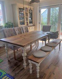 Weiß gestrichene Tischbeine aus Holz mit gebeizter Tischplatte aus Holz, und passender Bank