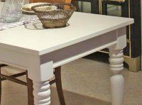 Weiß gestrichene gedrechselte Tischbeine aus Holz - Ausschnitt